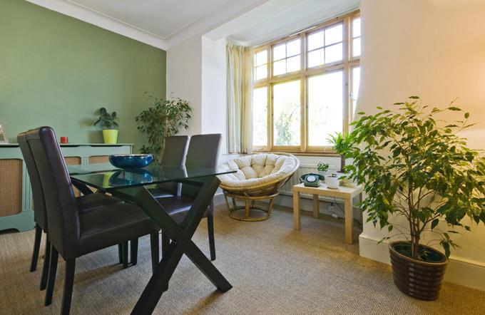 Der Teppichboden und seine dämmenden Eigenschaften verleihen dem Raum Wärme und Ruhe